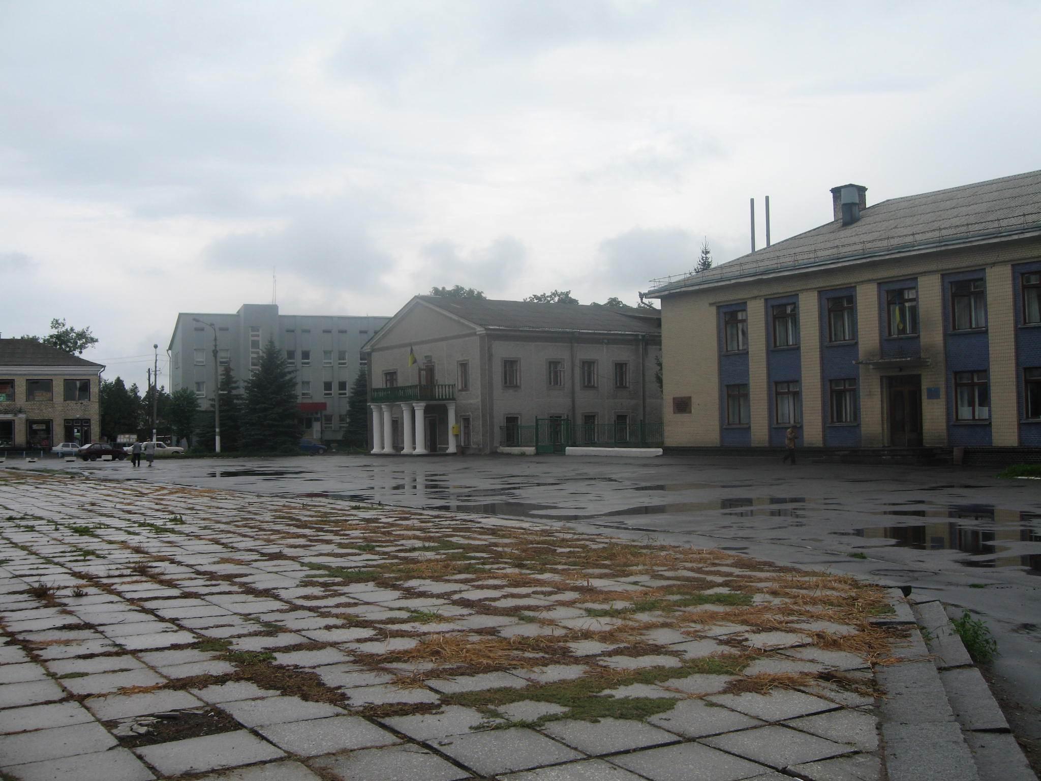 В Ізяславі обвалився фасад районної поліклініки